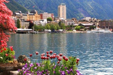 Photo pour Un paysage de printemps magnifique avec des fleurs, lac Léman et vue de montreux, Suisse. - image libre de droit
