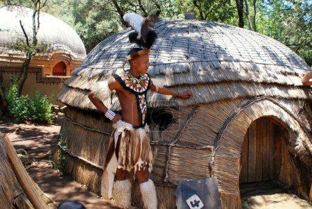 Зулусский Воин человек в Леседи культурной деревне, Южная Африка