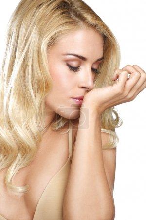 Photo pour Belle jeune femme blonde sentir son parfum sur blanc - image libre de droit