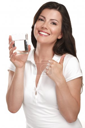 Photo pour Belle jeune femme buvant de l'eau douce sur blanc - image libre de droit