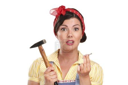 Photo pour Assez drôle fille luttant avec certains travaux ménagers sur blanc - image libre de droit