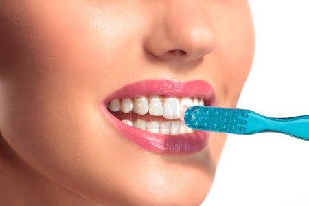 Photo pour Gros plan de femme souriante avec des dents blanches parfaites sur blanc - image libre de droit