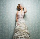 Krásná nevěsta proti zdi