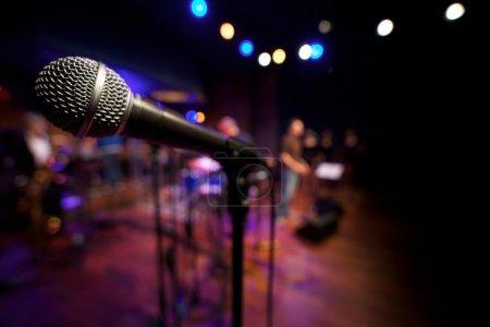 Photo pour Gros plan micro sur la scène de musique - image libre de droit