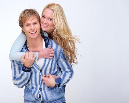 Photo pour Portrait d'un heureux couple caucasien souriant - image libre de droit