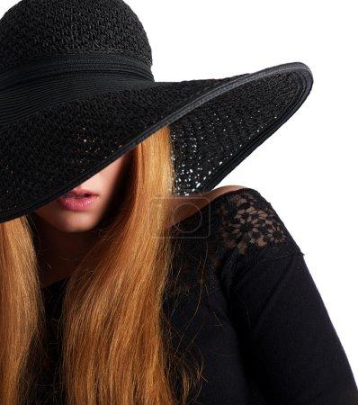 Photo pour Closeup portrait d'un mannequin avec chapeau noir isolé sur blanc - image libre de droit