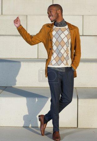 Photo pour Portrait d'un jeune homme heureux posant à l'extérieur - image libre de droit