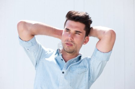 Photo pour Portrait d'un beau mannequin masculin avec les mains dans les cheveux - image libre de droit