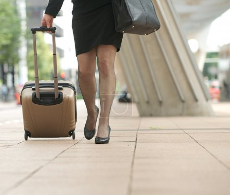 Photo pour Femme d'affaires marche avec les valises dans la ville - basse angle - image libre de droit
