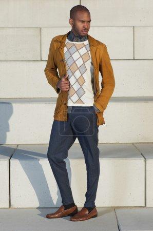 Photo pour Portrait pleine longueur d'un beau mannequin masculin debout à l'extérieur - image libre de droit