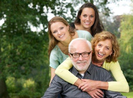 Foto de Closeup retrato de una familia feliz, sonriente y divertirse al aire libre - Imagen libre de derechos