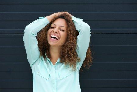 Photo pour Portrait d'une jeune femme joyeuse riant avec expression heureuse - image libre de droit