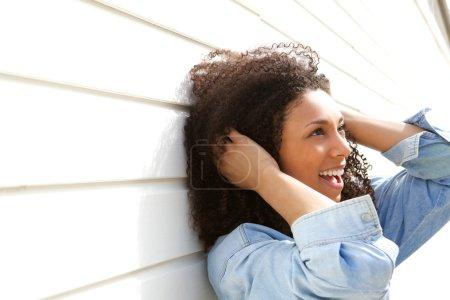 Photo pour Bouchent le portrait d'une belle jeune femme avec des cheveux bouclés, souriant à l'extérieur - image libre de droit