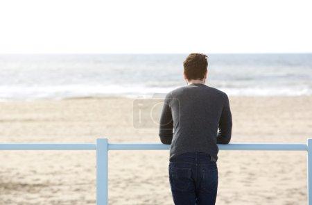 jeune homme debout seul