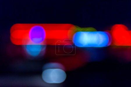 Photo pour Flou abstrait des sirènes bleues rouges de voiture de police la nuit - image libre de droit