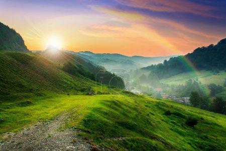 Photo pour Prairie sur une colline près du village à la brume fraîche du matin d'été - image libre de droit