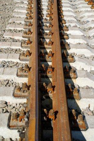 Photo pour Fermeture de la connexion d'un rail et traverses ferroviaires - image libre de droit