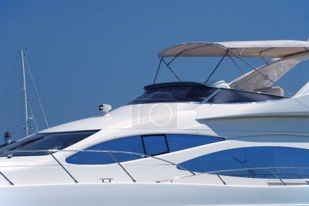 Photo pour Blanc yacht dans le port à un mouillage - image libre de droit