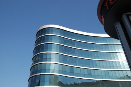 Photo pour La façade bleue d'un bâtiment moderne avec des panneaux lumineux en marche - image libre de droit