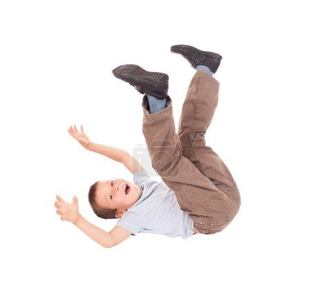 Photo pour Garçon allongé sur le dos - image libre de droit