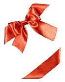 červenou mašli z hedvábného pásu