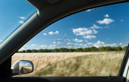Photo pour Vue depuis la fenêtre de la voiture sur le champ de blé - image libre de droit