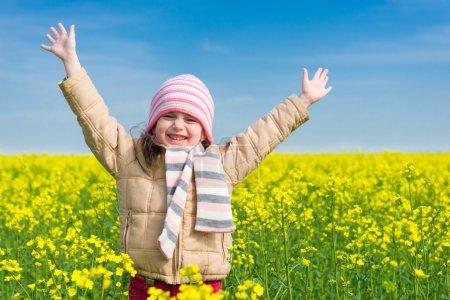 Photo pour Fille dans un champ jaune de viol . - image libre de droit