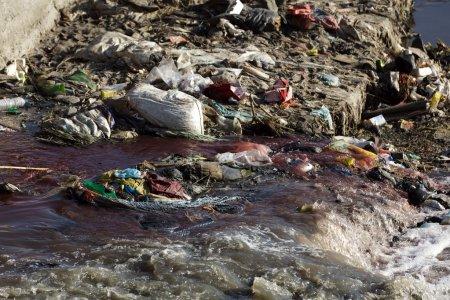 Photo pour Pollution dans la rivière de kathmandu, nepal - image libre de droit