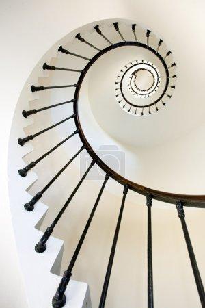 Photo pour Vue verticale et dynamique d'escalier propre phare, point grave, france. - image libre de droit