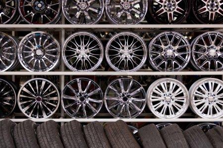 Photo pour Mur de voiture jantes et pneus pneumatiques en magasin - image libre de droit