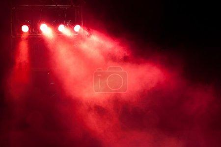 Photo pour Scène de concert avec une tache rouge léger et fumée - image libre de droit