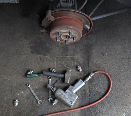 Photo pour Outils de mécanicien pour fixer le disque de frein sans pneu - image libre de droit