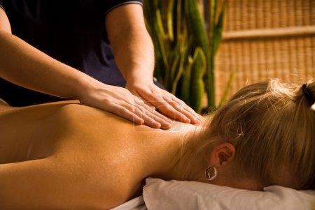 Photo pour Femme à un spa de jour obtenir un beau massage - image libre de droit