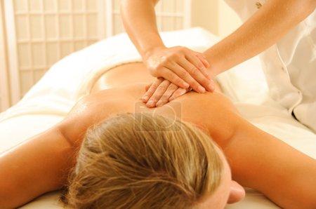 Photo pour Belle femme dans un spa avec massages thérapeutiques - image libre de droit