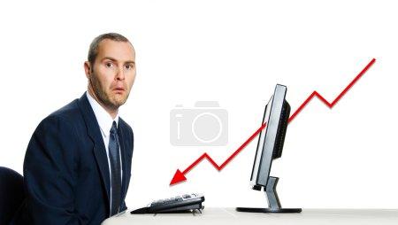 Photo pour Malheureux homme en costume bleu au bureau crise financière informatique - image libre de droit