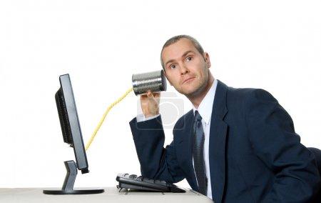 Photo pour Homme en costume qui écoute sur un téléphone de tin can - image libre de droit