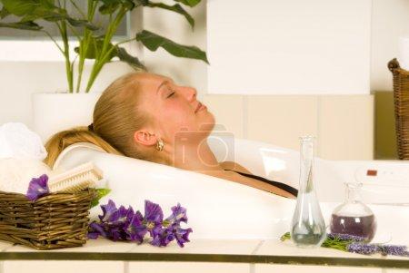 Photo pour Femme blonde dans un bain de spa détente - image libre de droit