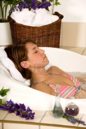 Photo pour Jeune fille brune dans un bain de spa détente - image libre de droit