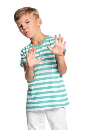 Photo pour Portrait de garçon adolescent avec un regard d'horreur et de dégoût, isolé sur fond blanc - image libre de droit