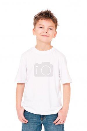 Photo pour T-shirt blanc sur un garçon mignon, isolé sur fond blanc - image libre de droit