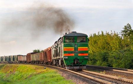 Photo pour Train de marchandises transporté par locomotive diesel. Chemin de fer biélorusse - image libre de droit