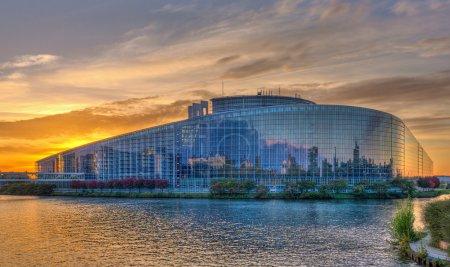Photo pour Bâtiment « louise weiss » du Parlement européen à strasbourg, alsace, france - image libre de droit