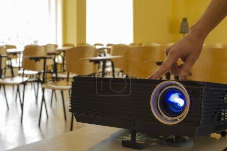 Photo pour Photo prise dans une grande salle de présentation, où différents types d'événements ont lieu : conférences, séminaires, conférences, présentations, réunions, etc. . - image libre de droit