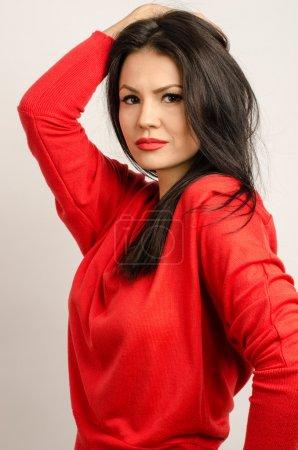 Photo pour Belle fille brune avec des lèvres rouges. Portrait d'une magnifique jeune fille brune sexy souriant - image libre de droit