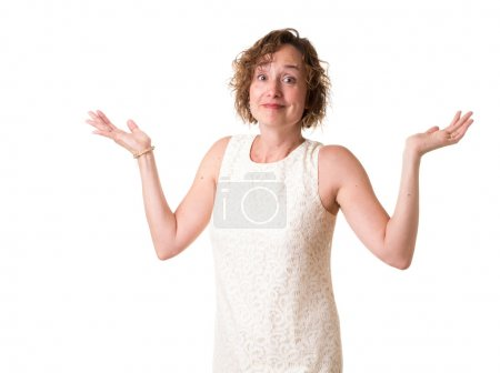 Photo pour Une femme dans une robe de cocktail blanc avec les bras levés . - image libre de droit