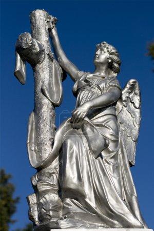 Photo pour Une vieille sculpture d'ange en argent . - image libre de droit