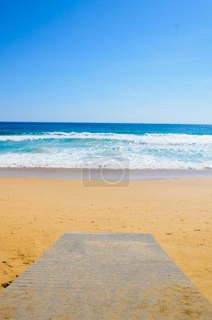 Photo pour Promenade en bois sur la plage et la mer tropicale - image libre de droit