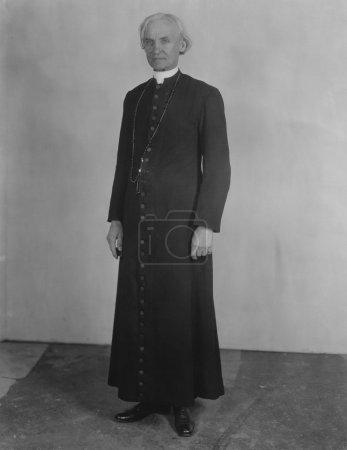 Photo pour Prêtre en soutane - image libre de droit