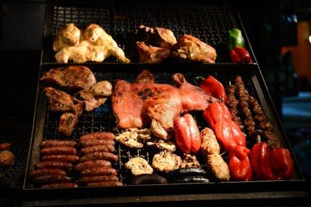 Photo pour Viande et poivrons sur un gril à Montevideo - image libre de droit
