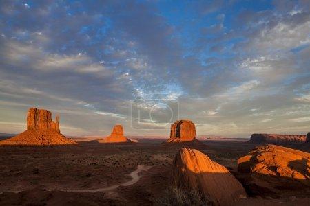 Photo pour Monument Valley signifie vallée des rochers) est une région du plateau du Colorado - image libre de droit